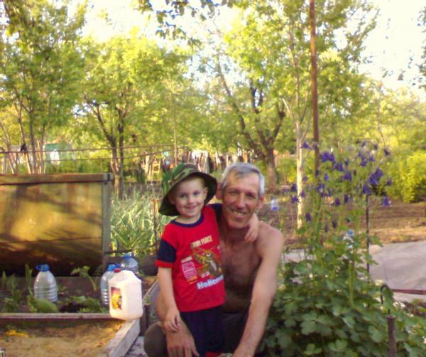 Дед и внук на даче. Детки и предки