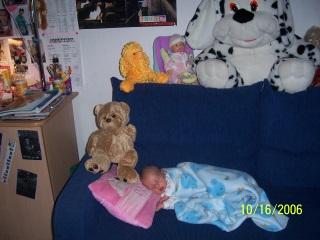 В комнате сестричек!. Спящие дети