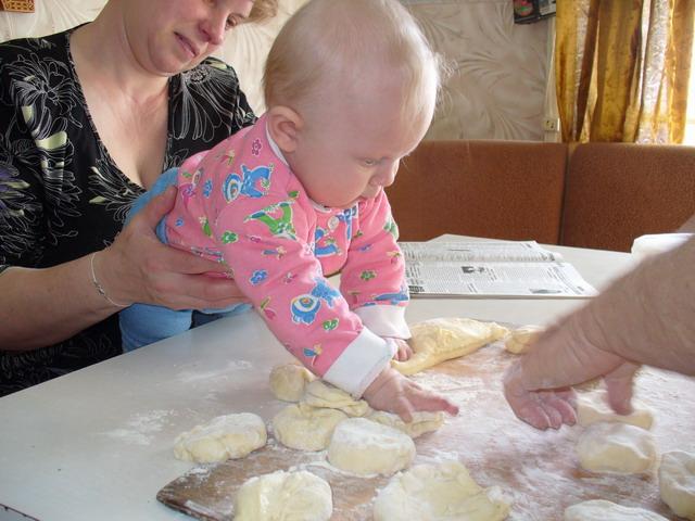 Бабина помошница. Дети за едой