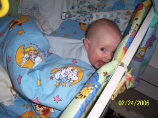 Спрятался;))). Дети в кроватках и манежах