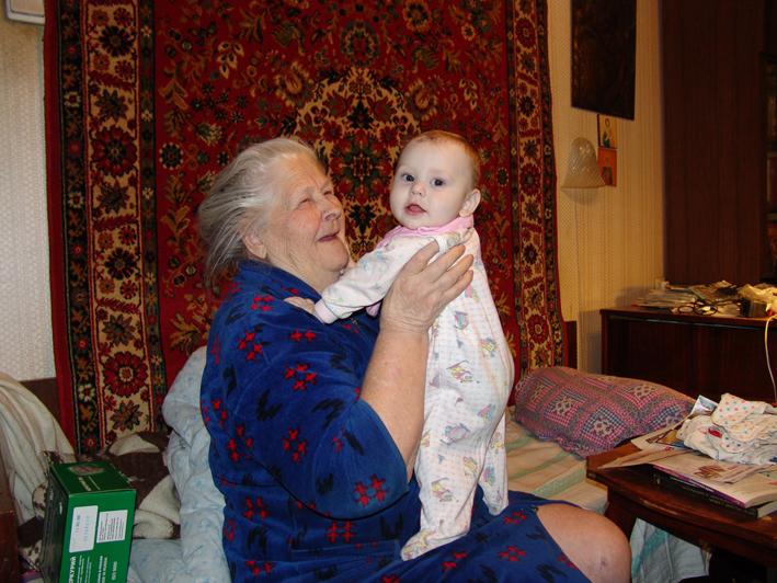 с прабабушкой. Внучата