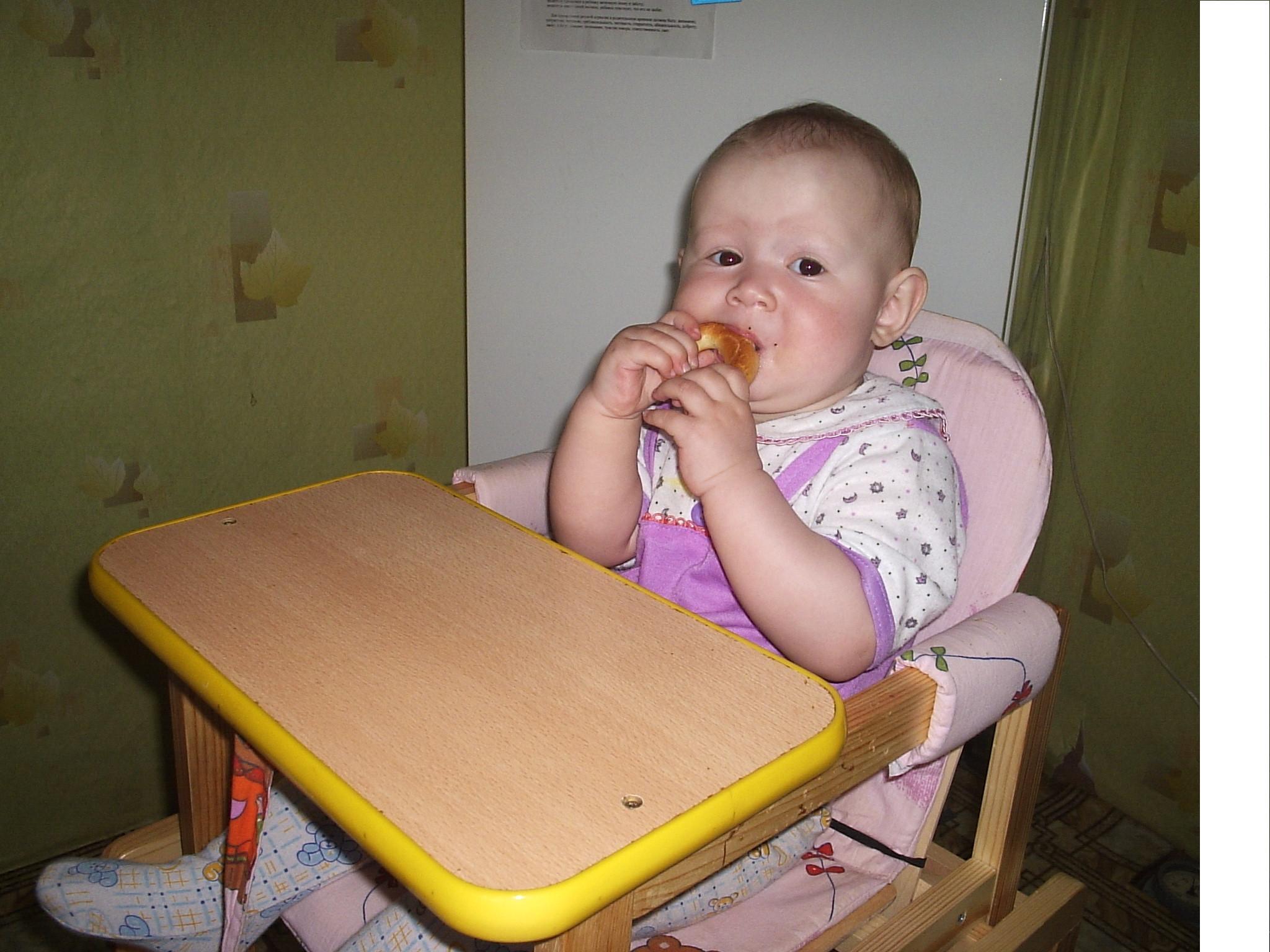 Обедаем . Дети за едой