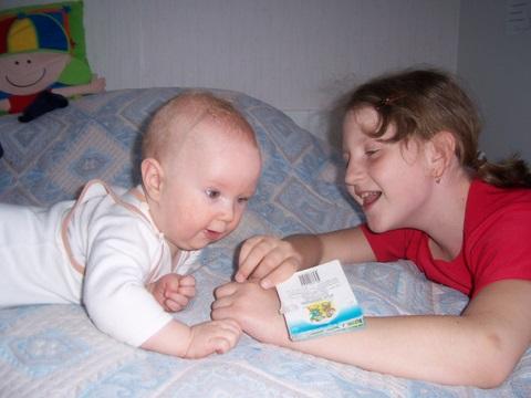 Читаем книгу вместе с сестричкой;))). Братишки и сестренки