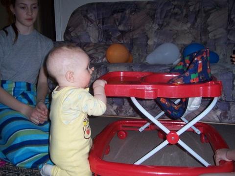 Учусь вставать.... На стульчиках, в ходунках, шезлонгах