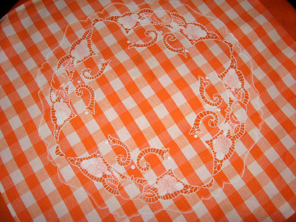 Фрагмент вышивки скатерти. Игольницы, брелки, подстаканники, закладки и др. сувениры