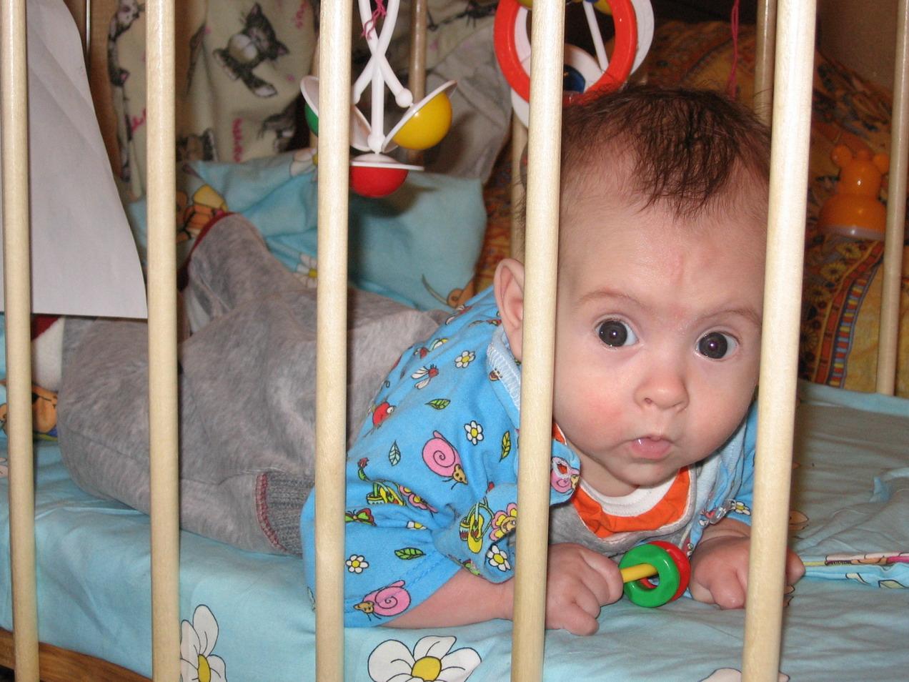 уууу, как всё запущено....... Дети в кроватках и манежах
