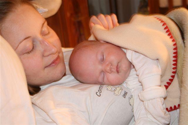 Как сладко спиться на груди у мамы. Груднички