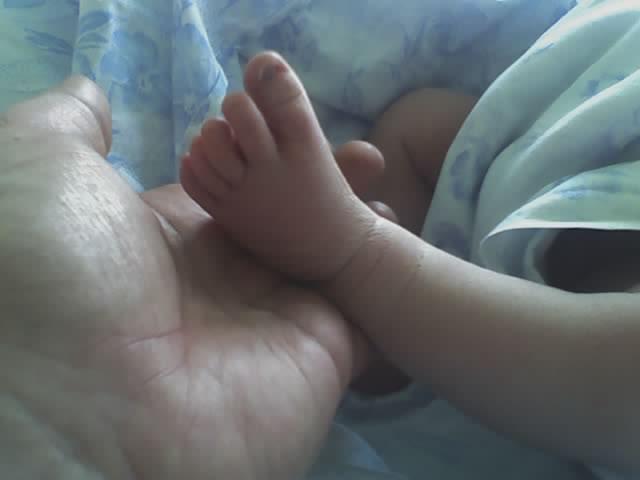 вот какая у нас была ножка впервый день жизни. Пяточки