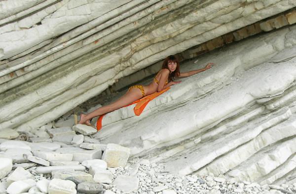 Солнце, море, скалы.... Мини-бикини
