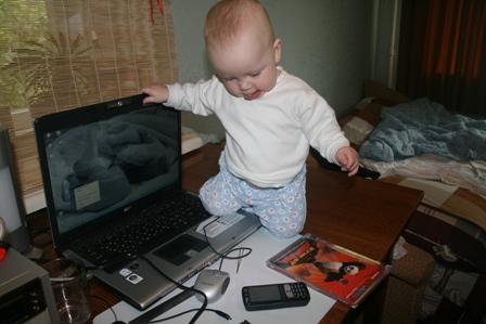 А мама думает, что я сплю.....))))). Дети за компьютером