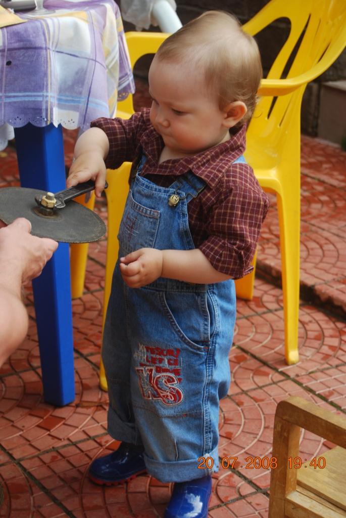 Илья научился крутить гайки. Маленькие помощники