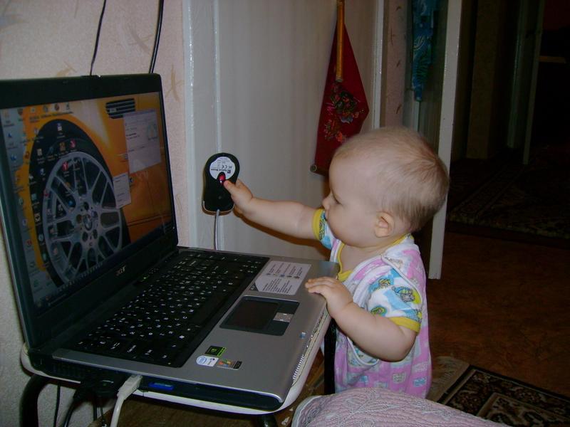 Сейчас я папе покажу как надо управлять мышкой   :))). Дети за компьютером