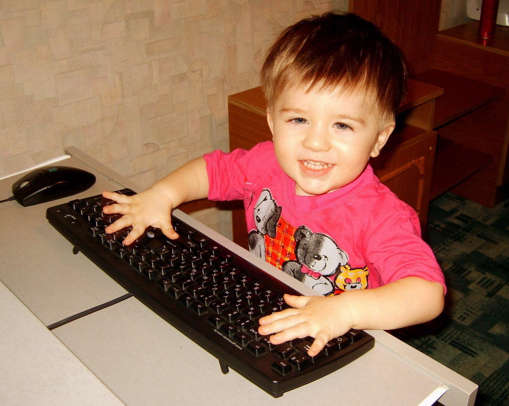 Компьютерный гений Серафим!. Дети за компьютером