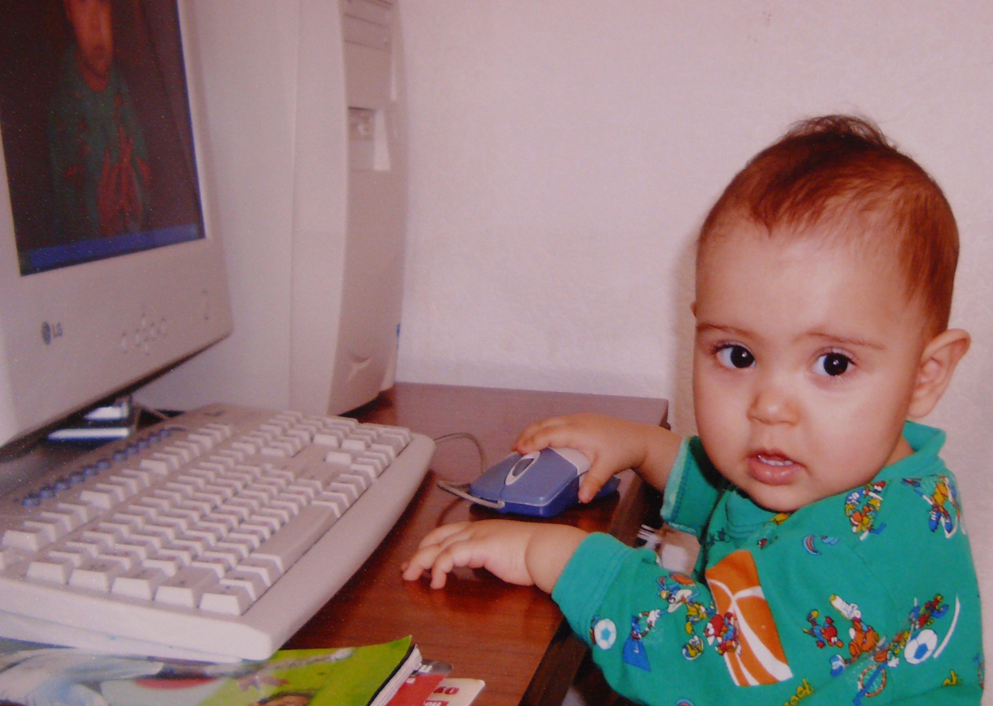 Дочка освоила компьютер, и первой операцией стала загрузка своей фотографии . Дети за компьютером
