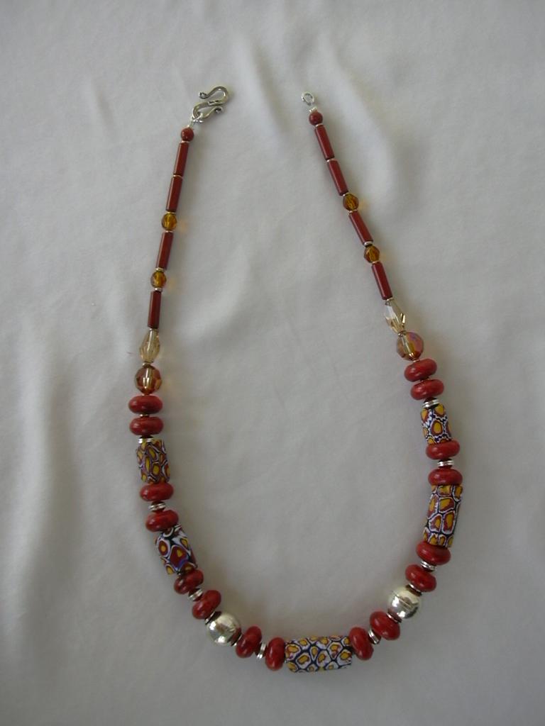 Бусы из Trade Beads с коралом и серебром. Стекло, керамика
