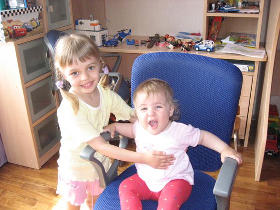 Сестрёнки. Дети улыбаются