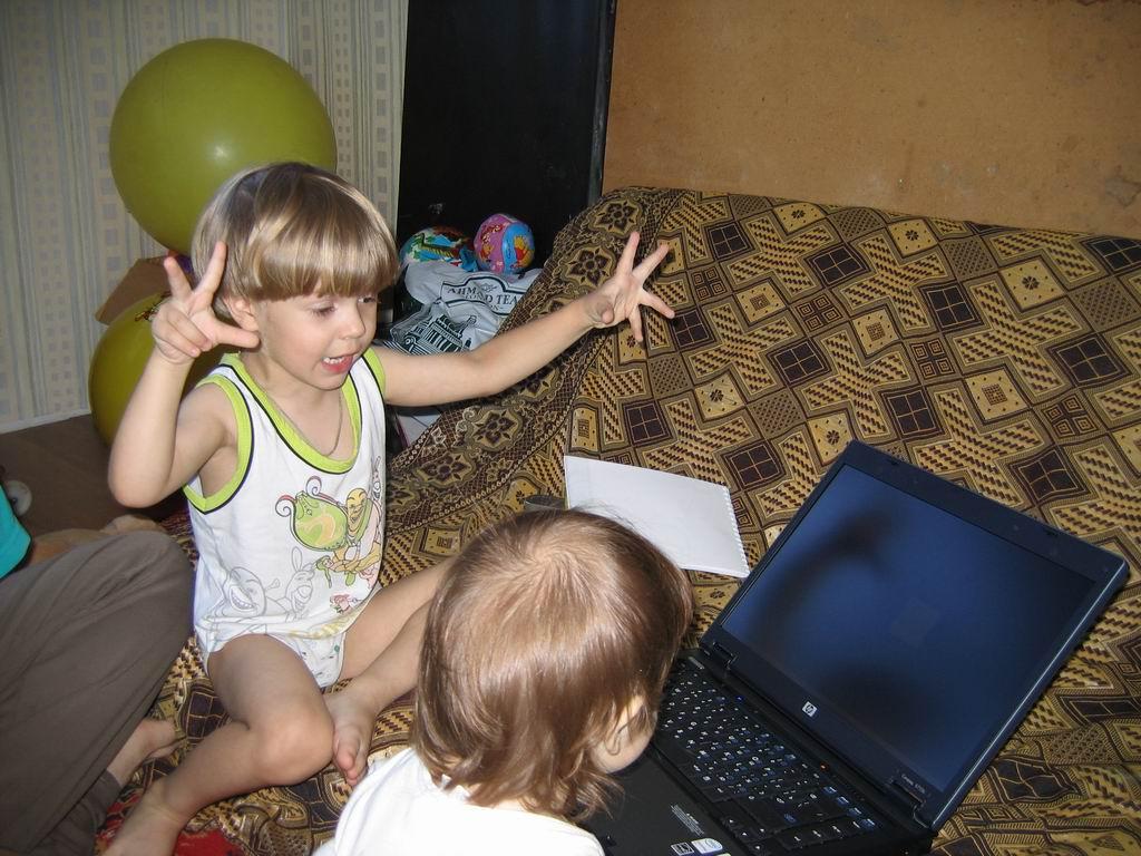 Для начала, сестренка, надо растопырить пальцы пошире.... Дети за компьютером