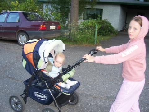 Гуляем с сестричкой.... Братишки и сестренки
