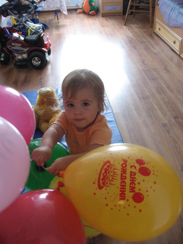 Надуваем шары к папиному дню рождения. Малыши