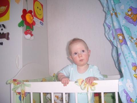 Задумался...))))). Дети в кроватках и манежах