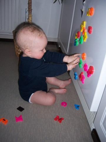 Занимаюсь...складываю буквы.... Дети с игрушками