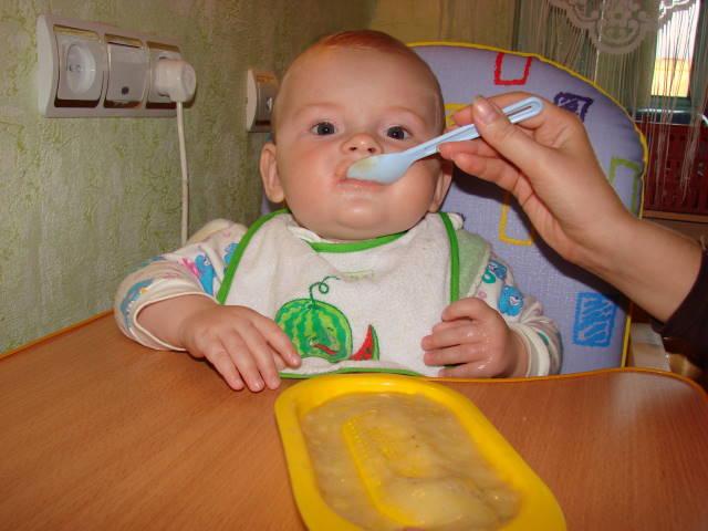 Банановое пюре . Дети за едой