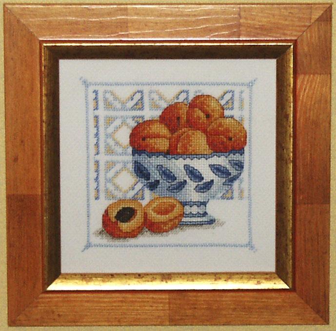 Абрикосы в голубой вазе. Фрукты-овощи