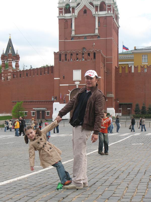 С папой выгуливают динозавра на Главной площади города). Вместе с папой