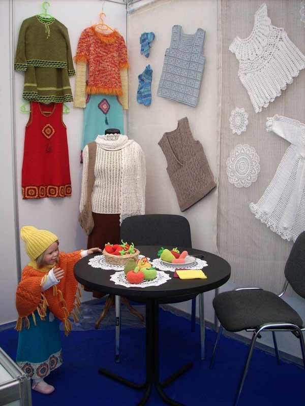 Фестиваль ремесел, стенд учащихся курсов вязания.. Одежда
