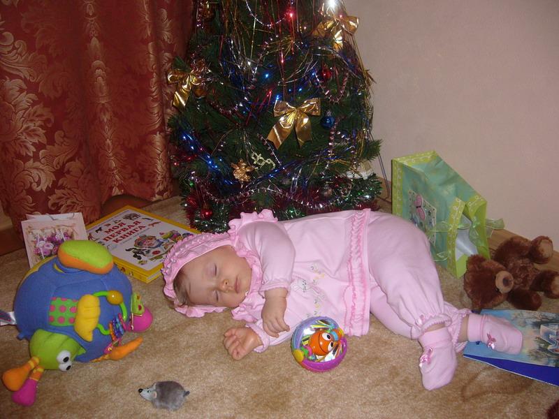 Я подарки разбирала и немножечко устала!. Закрытое голосование фотоконкурса 'Моя новогодняя ёлка'