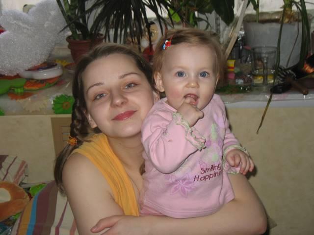 это мы,нам 8 месяцев. Вместе с мамой