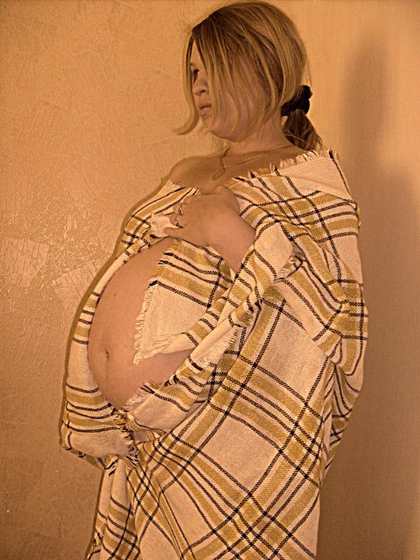 За неделю до родов. Беременный живот