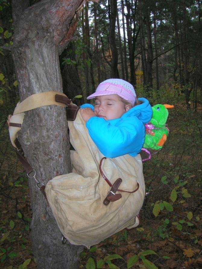 Самый сладкий сон...в рюкзаке и на дереве!. Маленький герой