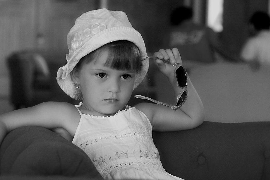 Маленькие леди тоже умеют отдыхать.... Белая панама
