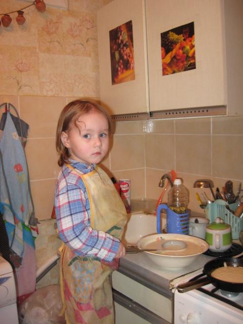 Моя старшая дочь готовится делать блины.. Готовим вместе с мамой