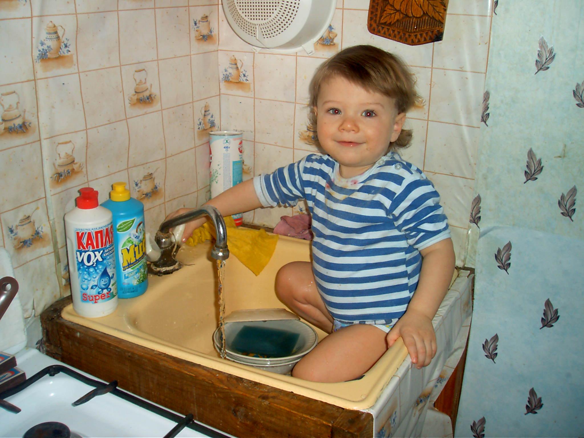 Самое любимое занятие на кухне - помыть посуду!. Готовим вместе с мамой