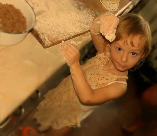 Сашенька очень любит помогать!. Готовим вместе с мамой