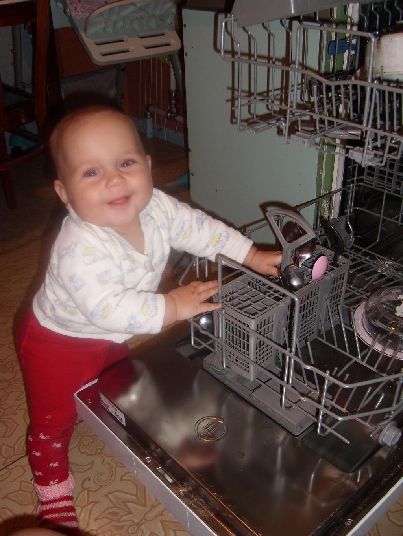 Мамочка вот так нужно посуду складывать!. Готовим вместе с мамой