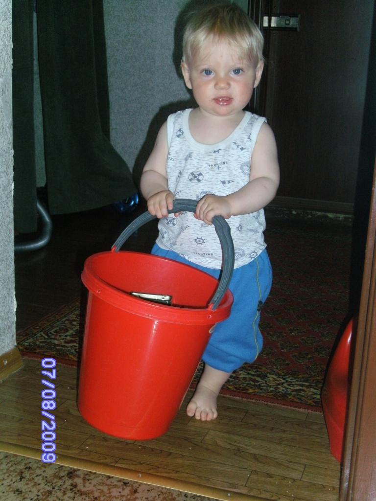 Пора мыть  пол. Маленькие помощники