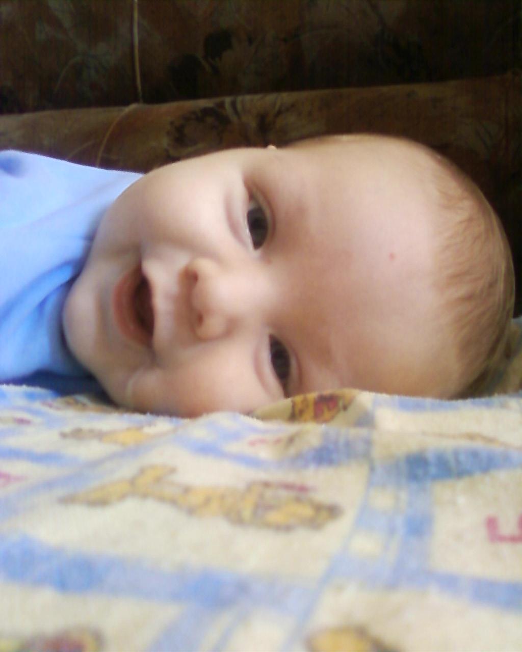 Данилка улыбается. Время улыбаться