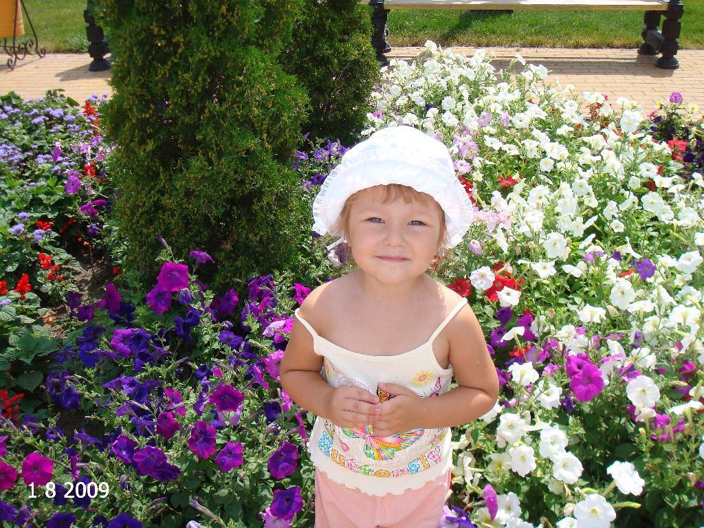 мой цветочек_дочка Ксения. Белая панама