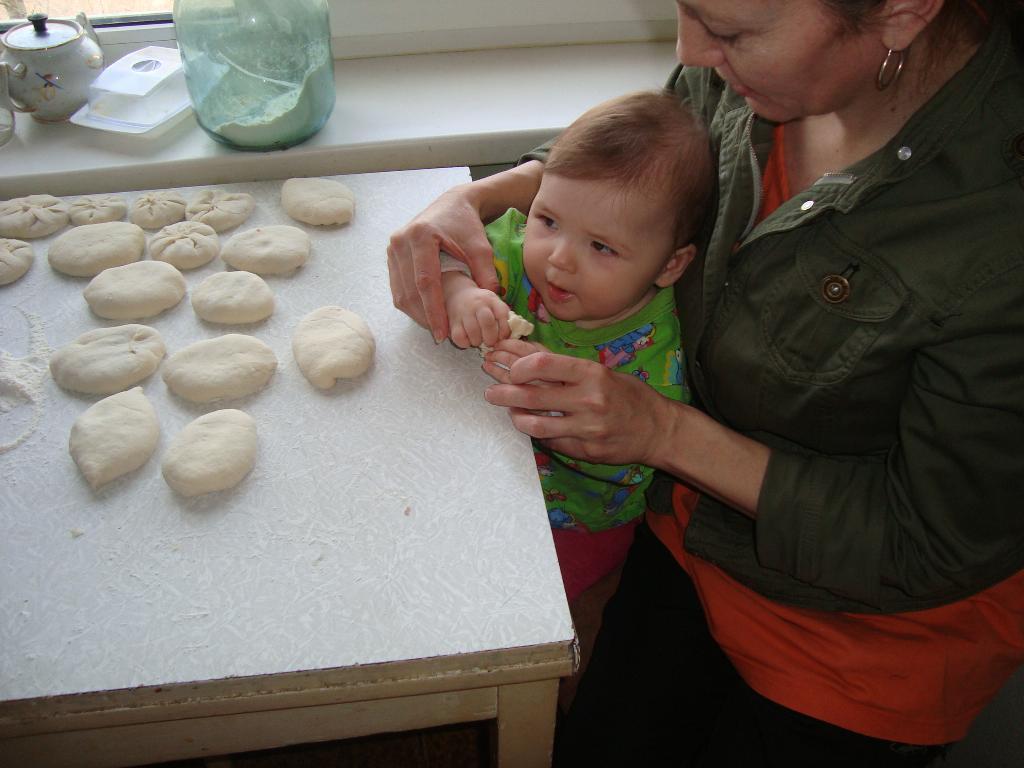 Мы печем отличные, пирожки пшеничные. Готовим вместе с мамой
