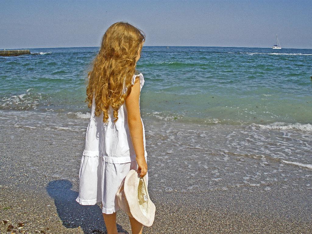 Девочка и море. Я на солнышке лежу