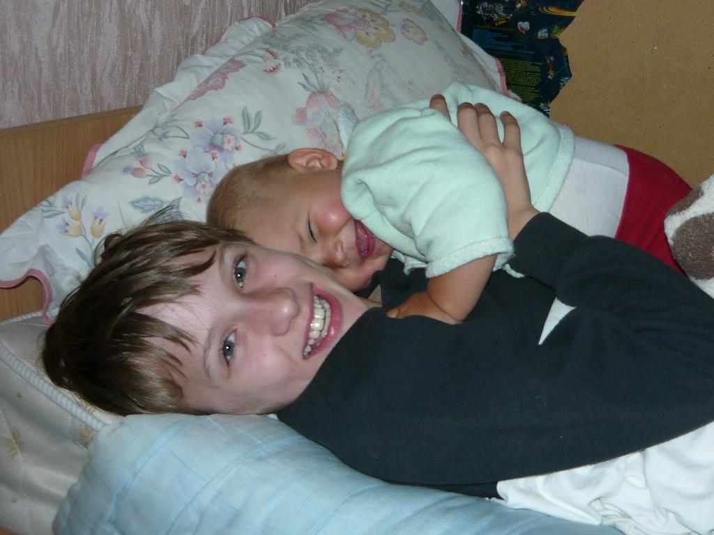 Брат с сестрой. Время улыбаться