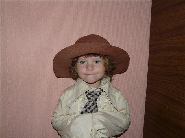 Шляпу и галстук одолжила у деда. Белая панама