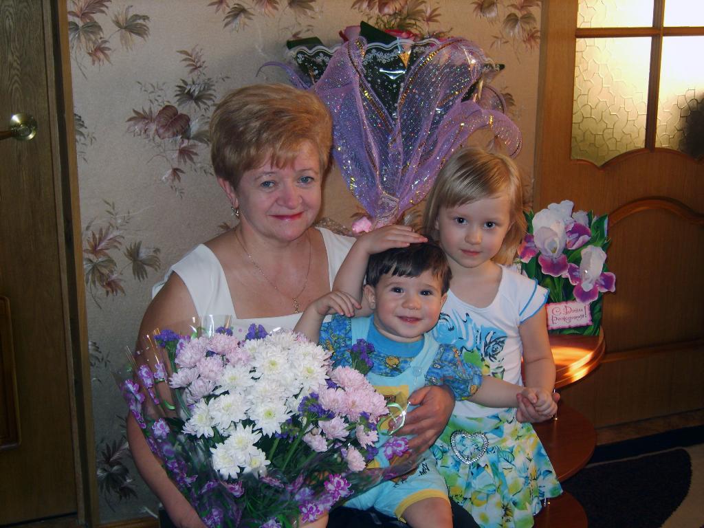 С днем рожденья, бабушка!. Стар и мал