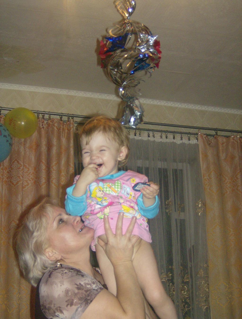 Евгения с бабушкой справляют новый год!. Стар и мал