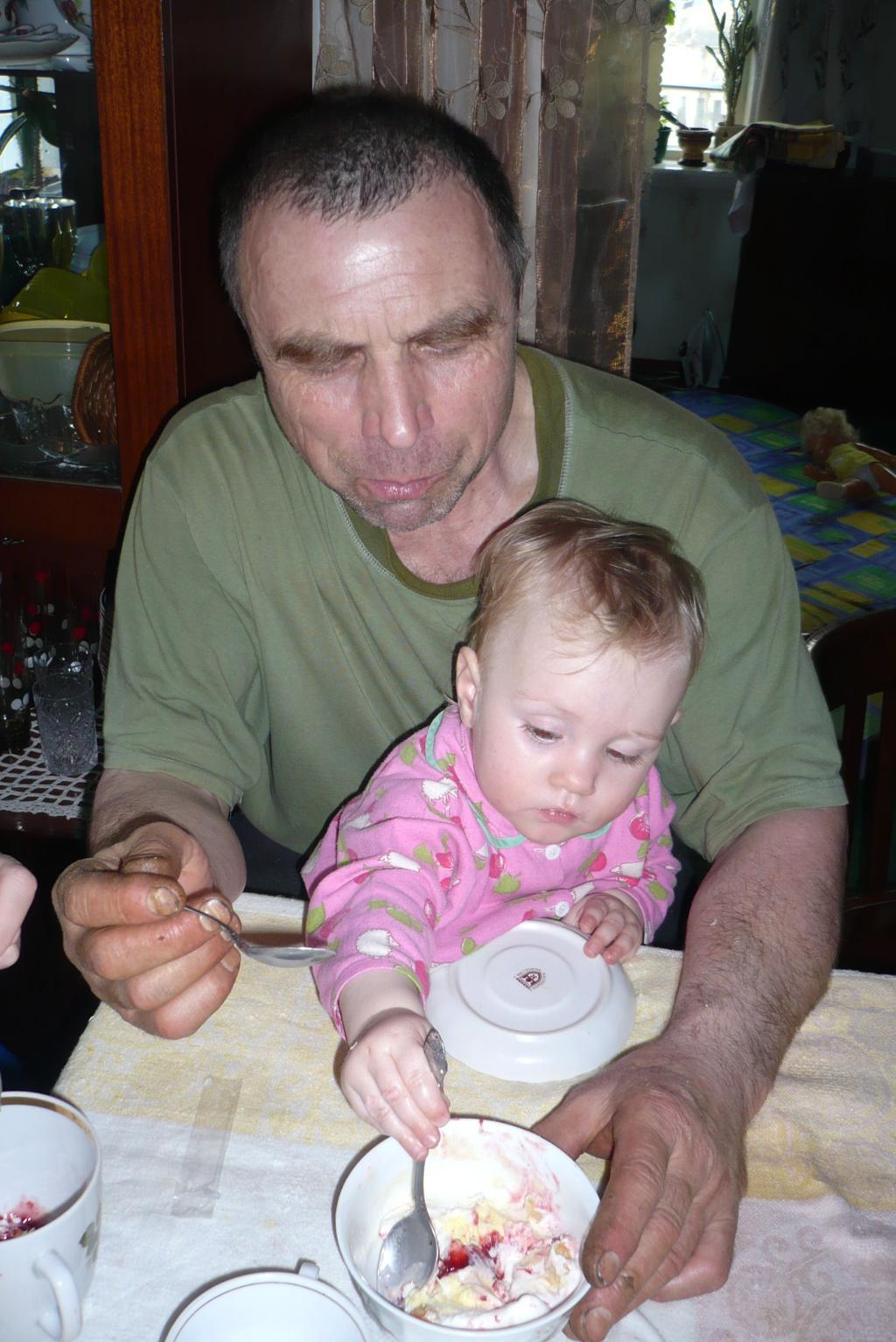 Дедуля, дай ещё ложечку мороженого!. Стар и мал