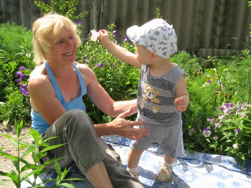 Цветочек для бабушки.. Стар и мал