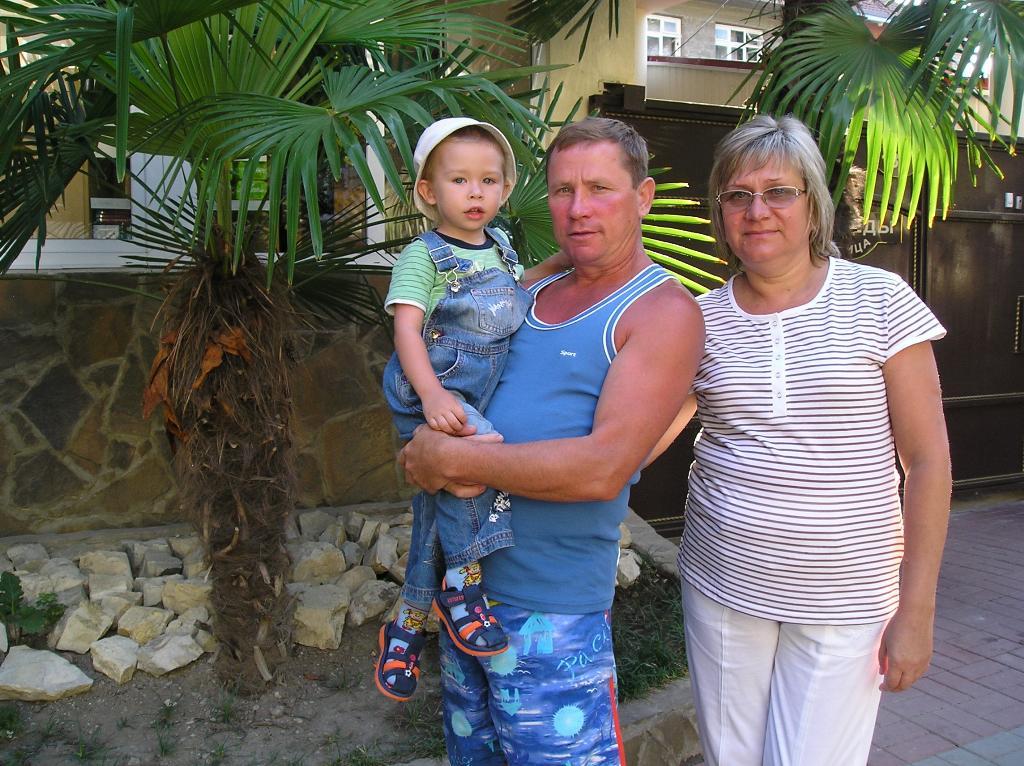 в гостях у бабушки с дедушкой, июль 2009. Стар и мал